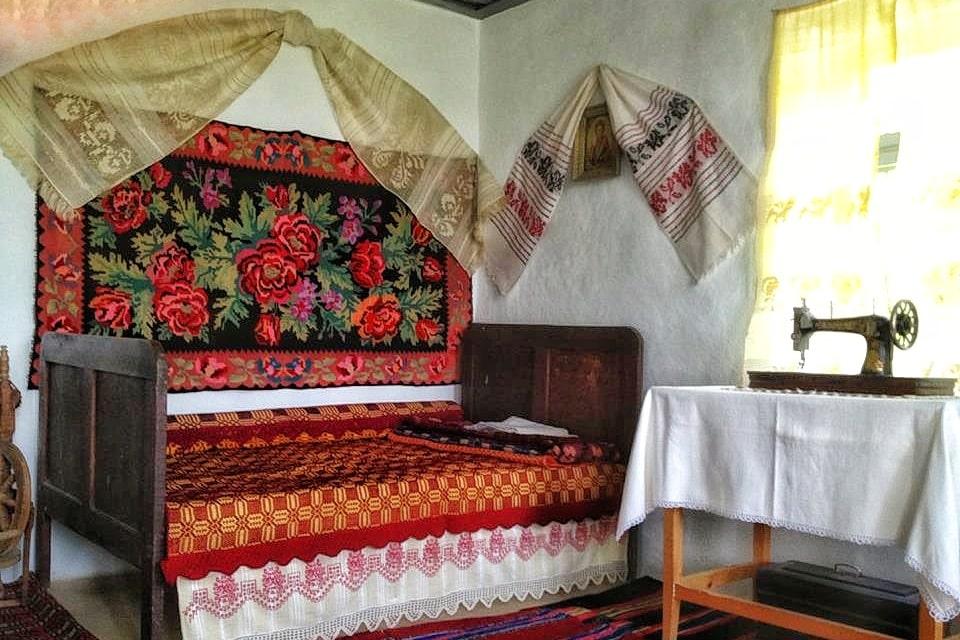 casa-traditionala-dobrogeana-interior-camera-curata-dobrogea-de-patrimoniu